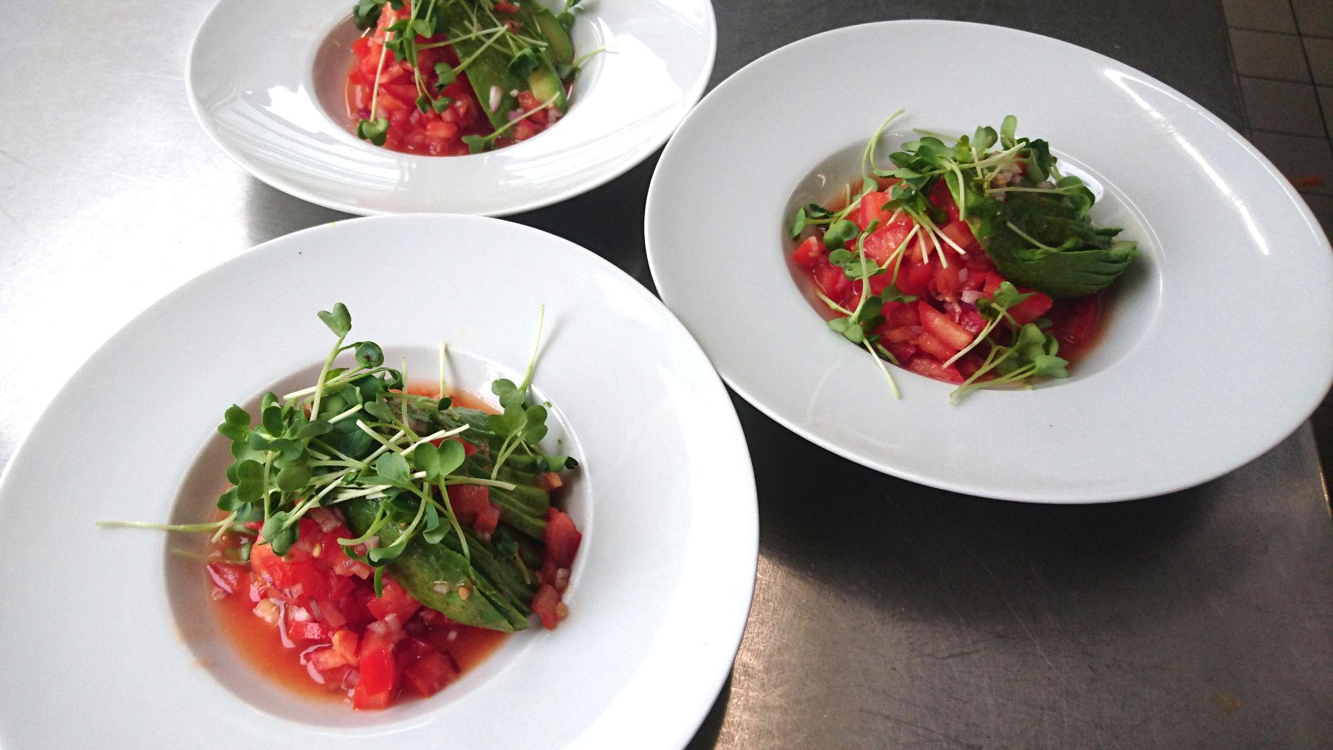 Basischer Tomatensalat mit Avocado