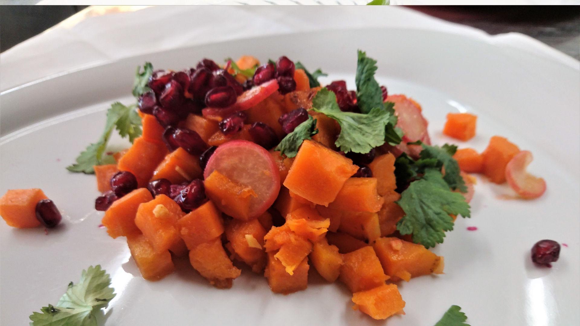 Basisches Gericht mit Kürbis und Granatapfel