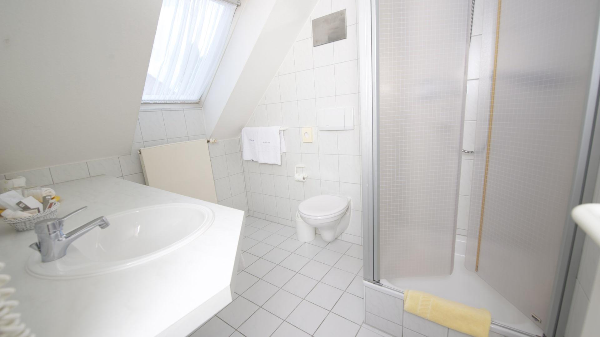 Bad des Doppelzimmer mit Blick zu den Weinbergen