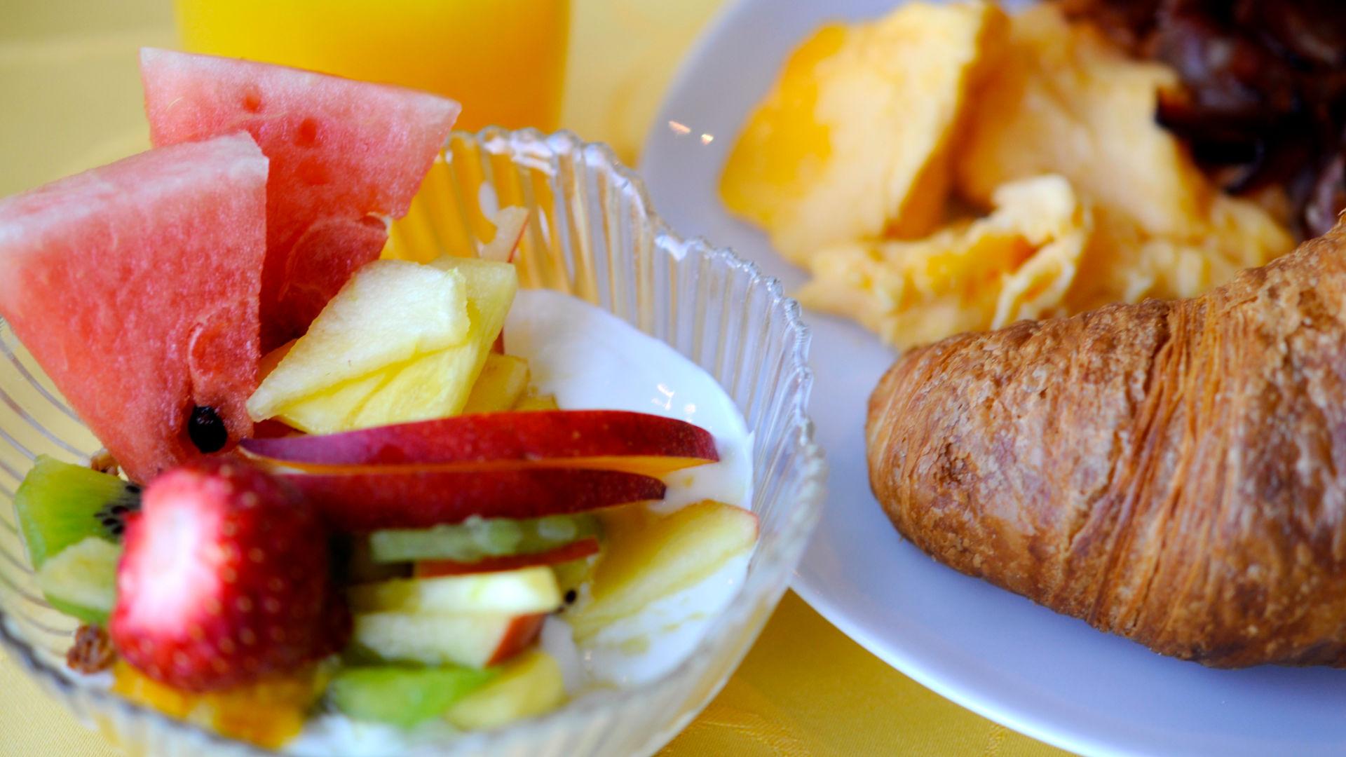 Obst zum Frühstück und leckere Croissants