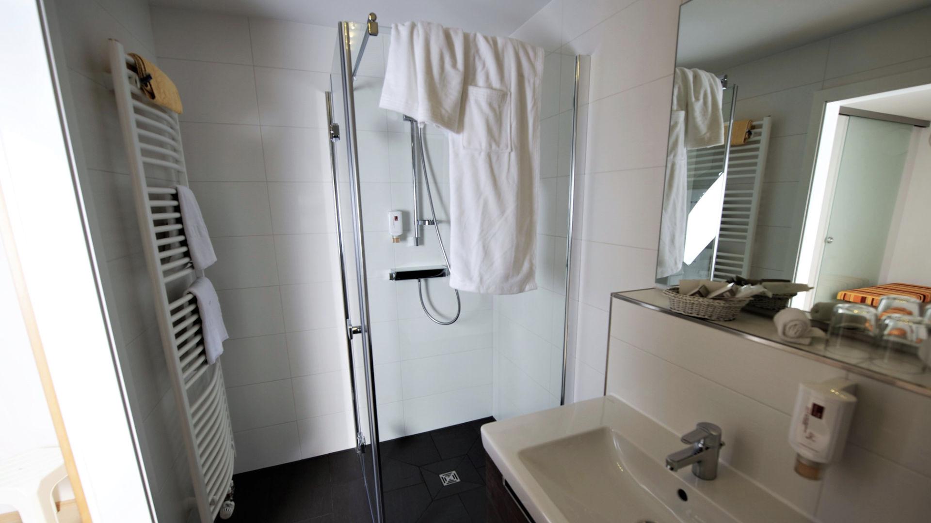 Bad der Suite mit ebenerdiger Dusche
