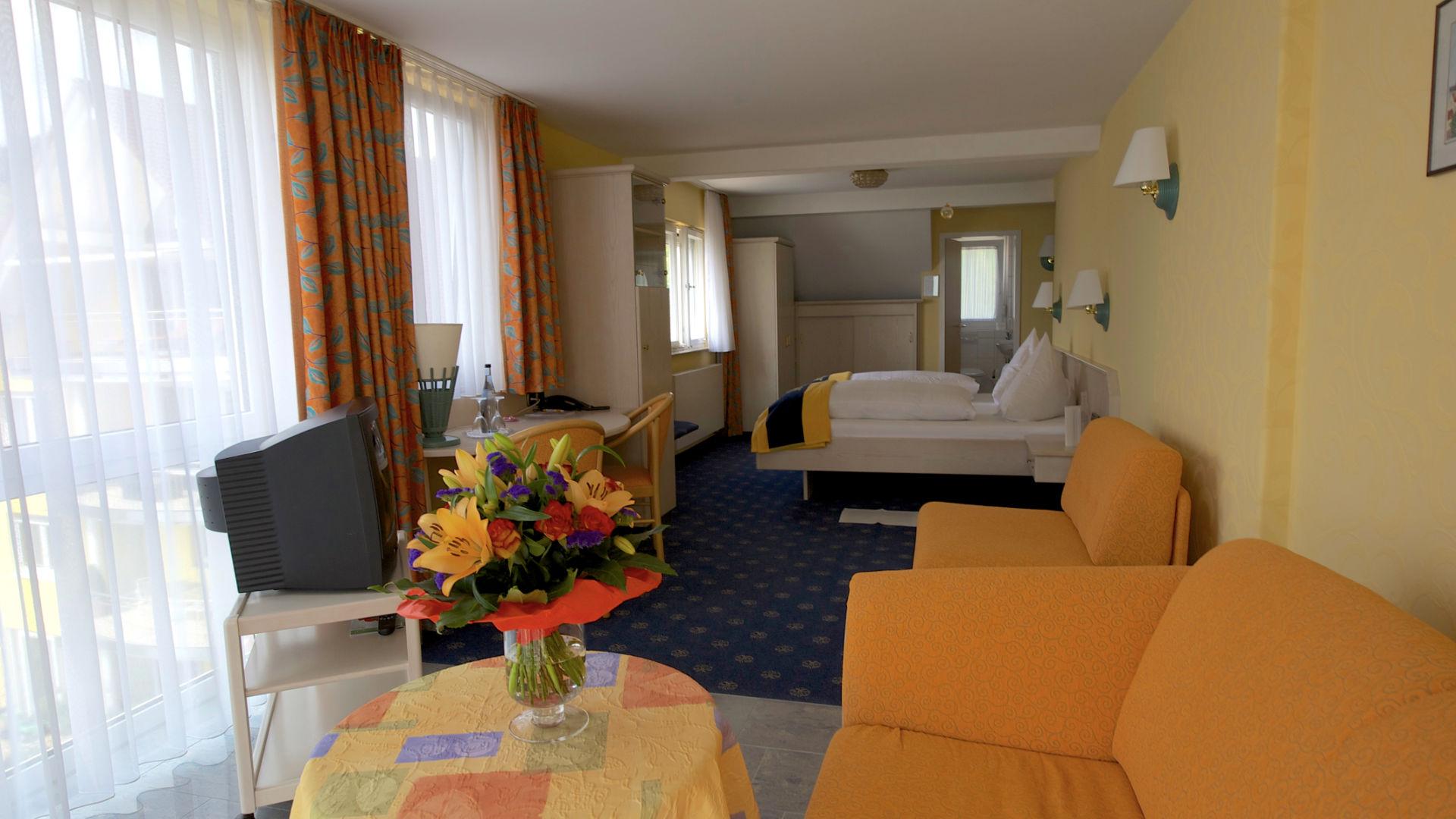 Feng Shui Suite Wohnbereich und Blick ins Zimmer