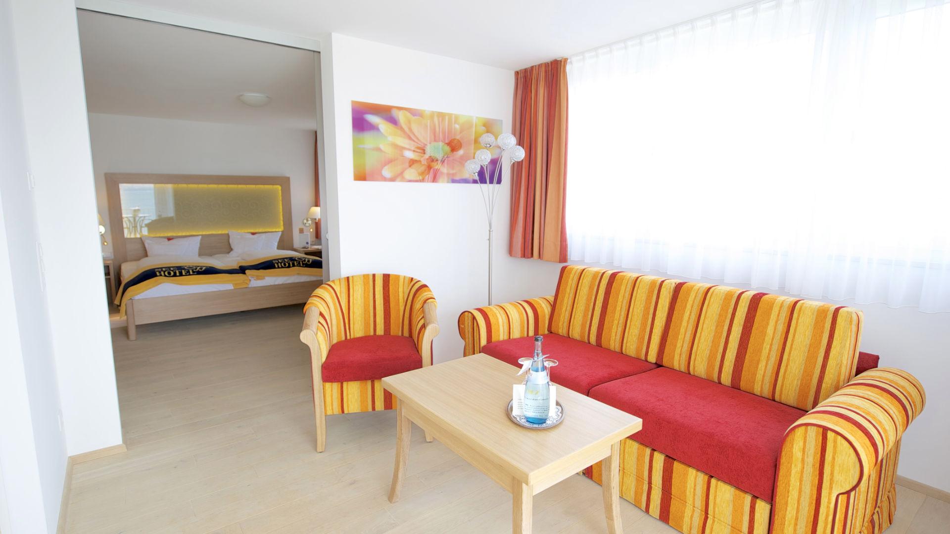 Wohnbereich der Suite mit gemütlichem Sofa