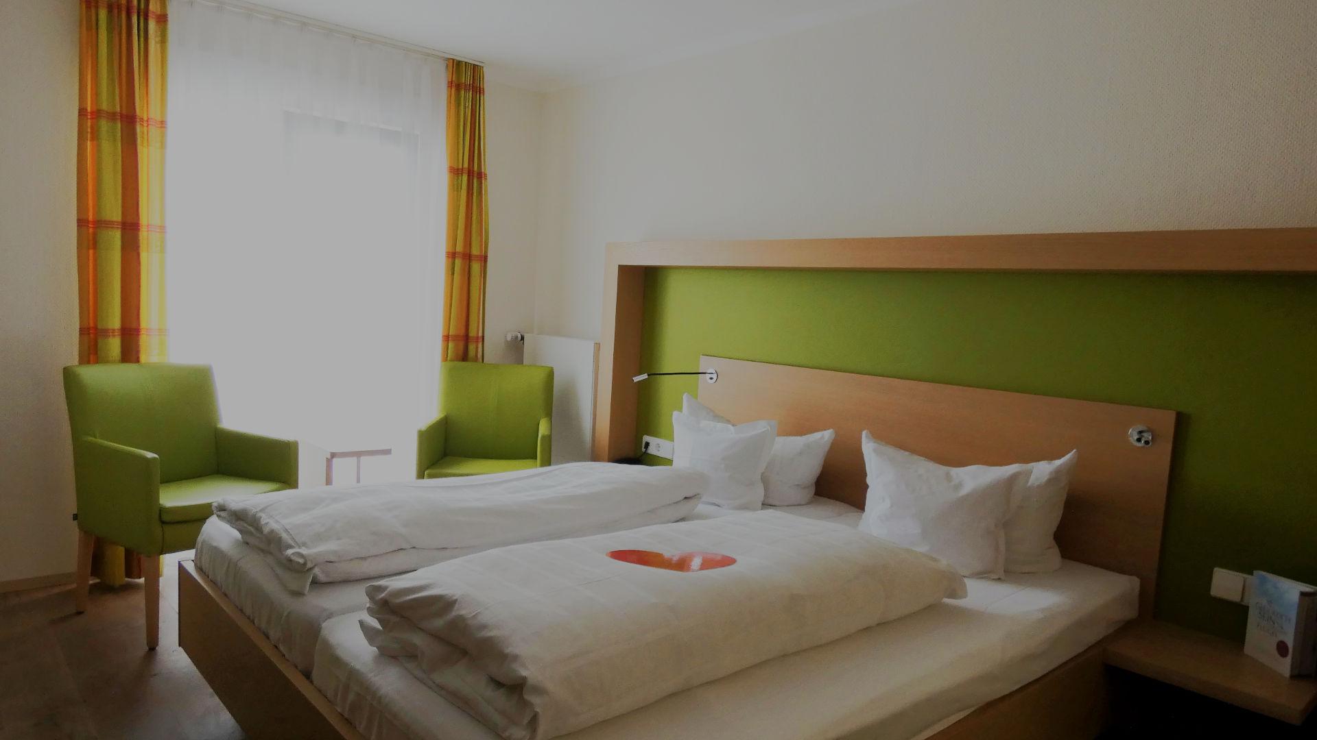 Betten zum Wohlfühlen im Doppelzimmer mit Balkon zur Seite und Seesicht