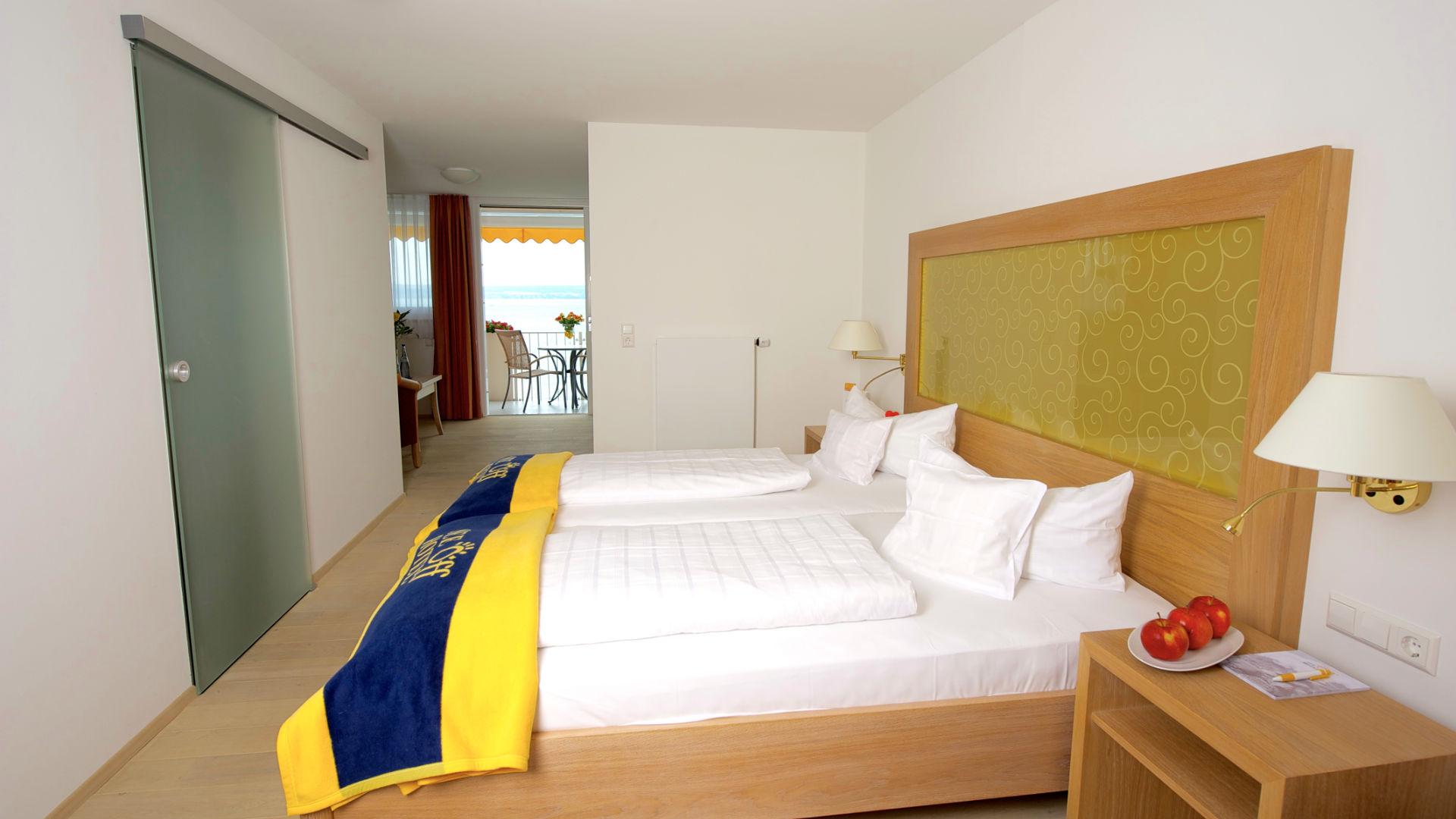Juniorsuite des Seehotels Off mit direktem Blick auf den Bodensee