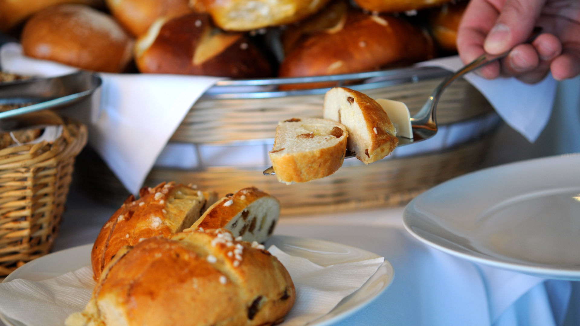 Auswahl an frischem Brot und Brötchen zum Frühstück