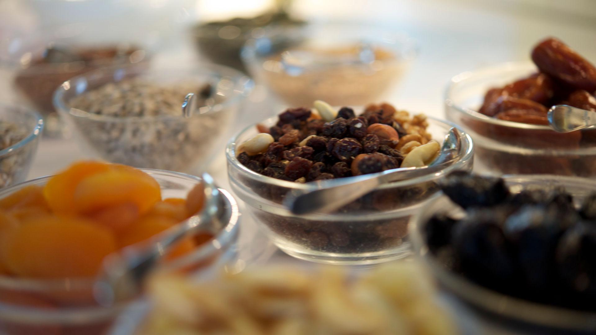 Auswahl an Trockenfrüchten und Nüssen für's Frühtstücks-Müsli